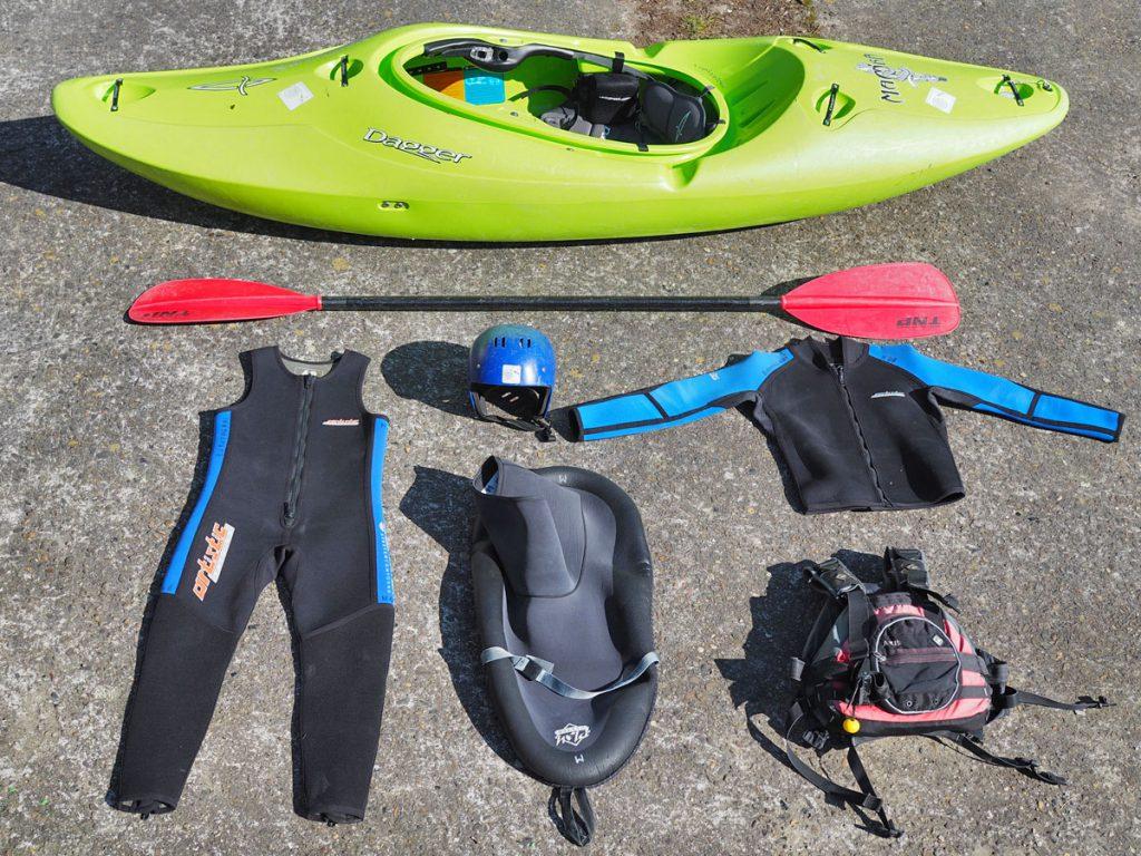 Een basis kajakoutfit die je nodig hebt om te kunnen wildwaterkajakken.