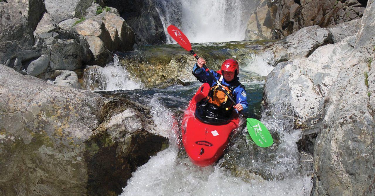 Een kajakker kajakt van een waterval af tijdens de Europagaai kajakcursus in Bosnië.