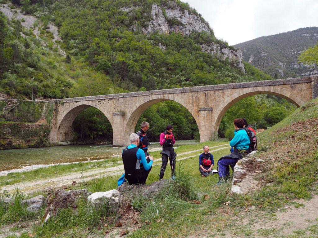 Voorjaar in Zuid-Frankrijk! Een groep kajakkers krijgt kajakles bij Europagaai.
