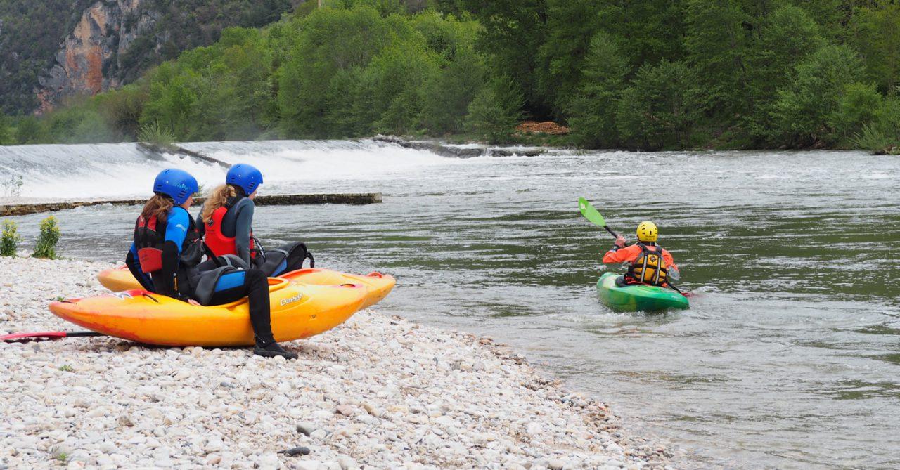 Twee kajakkers die zich klaarmaken om tijdens een kajakvakantie op de Tarn de rivier af te varen.