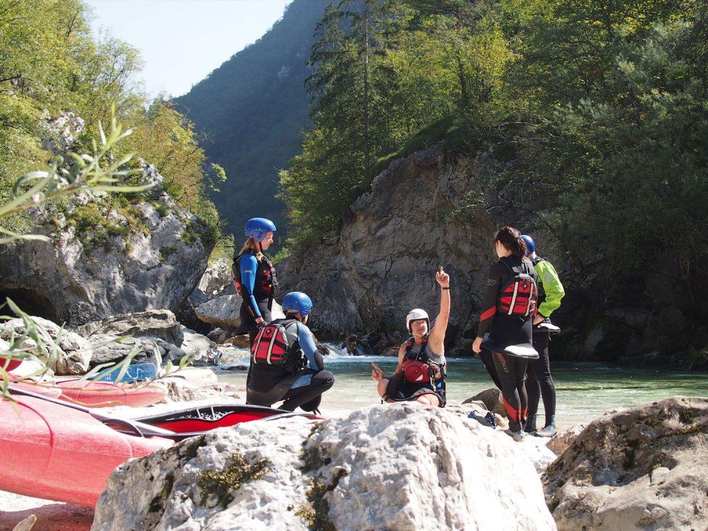 Een instructeur geeft les tijdens een cursus kanoën/kajakken van Europagaai.