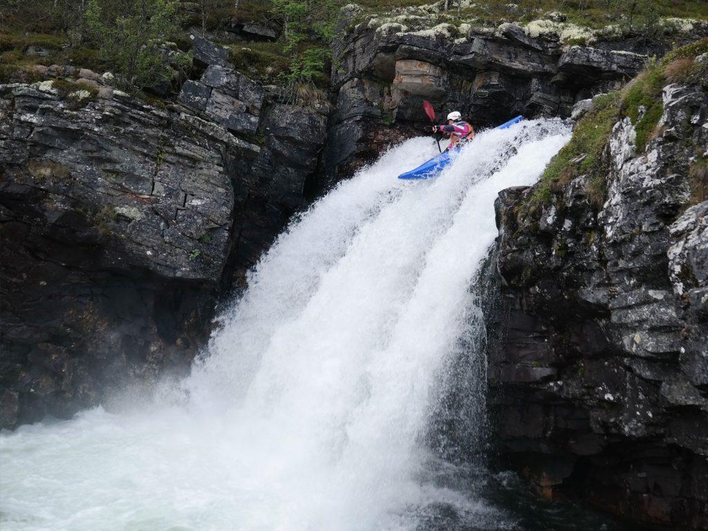Vera Knookt kajakt van een waterval af in Noorwegen.