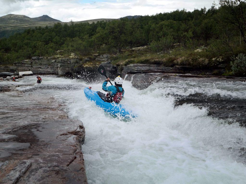 Kajakken van watervallen en slides in Noorwegen.