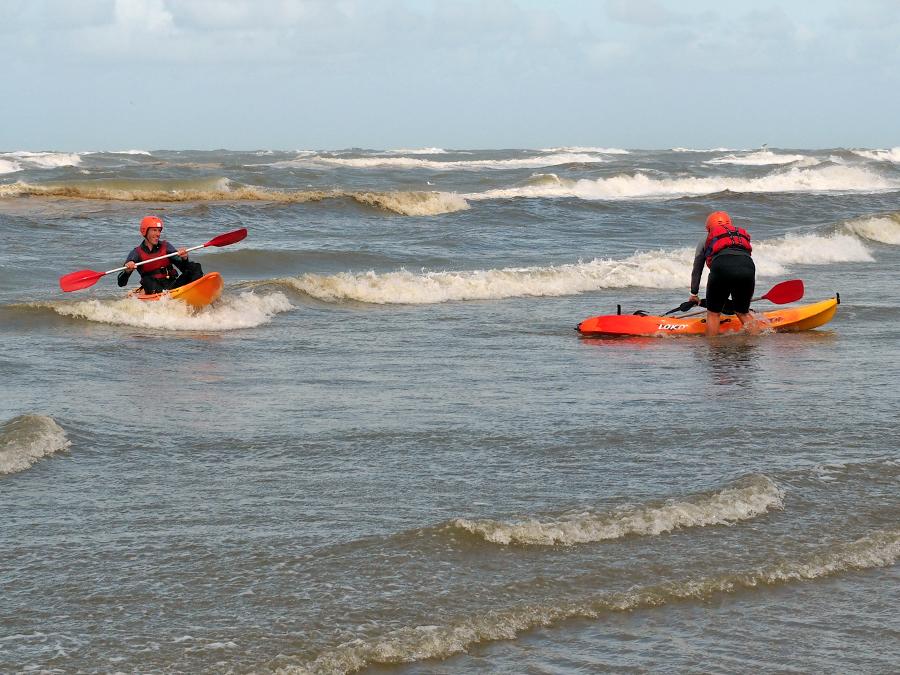 Op vakantie in Nederland. Kajakken op zee in Camperduin.