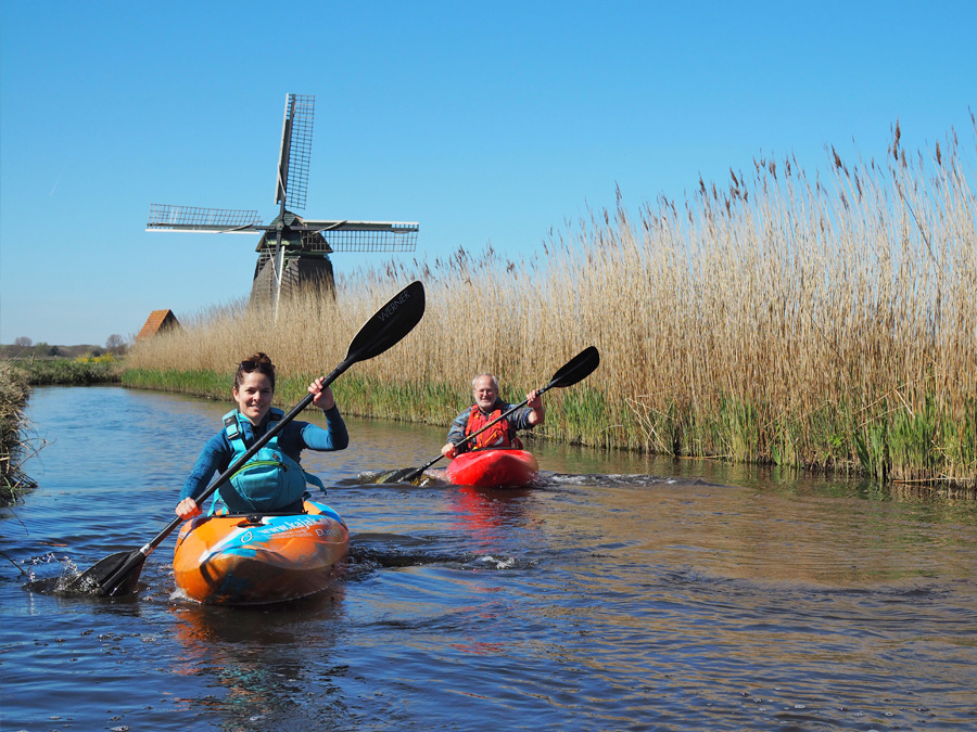 Op vakantie in Nederland. Kanovaren in de polder van Noord-Holland.