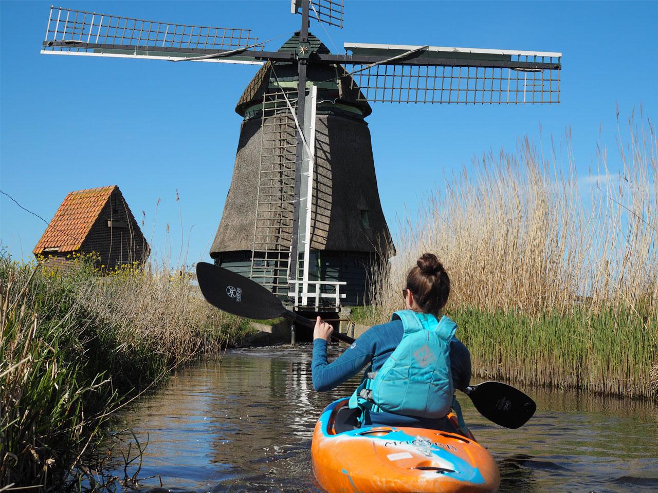 De leukste Kajaktoertochten in Nederland. Je kajakt langs molens, bunkers en kastelen.
