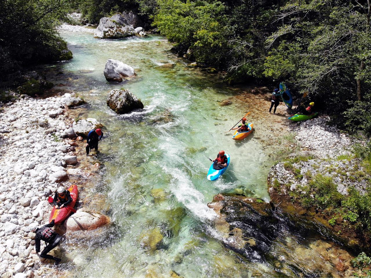 Wildwaterkajakken in Slovenie. Een drone foto van de Soca rivier.