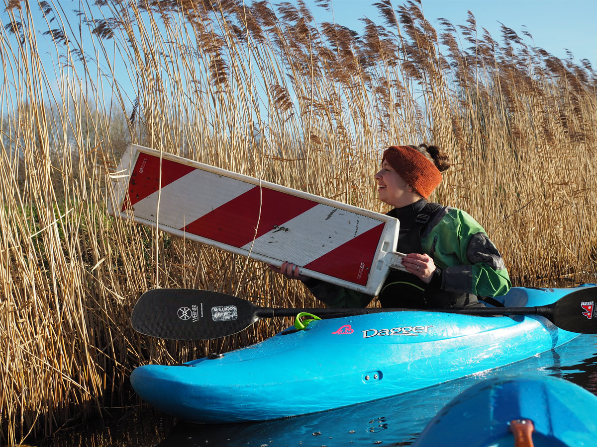 TIjdens het kajakken in de polder van Noord-Holland halen we gelijk wat afval uit het water.