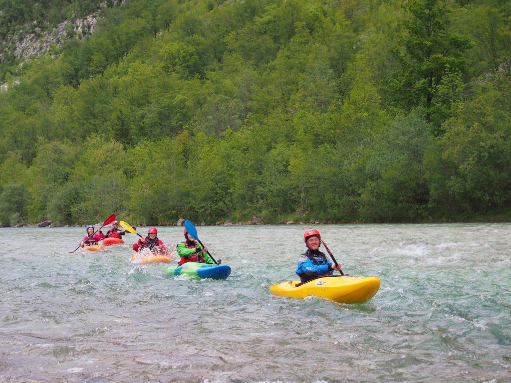 Meivakantie! Een groepje wildwaterkajakkers op de rivier de Soca in Slovenië.