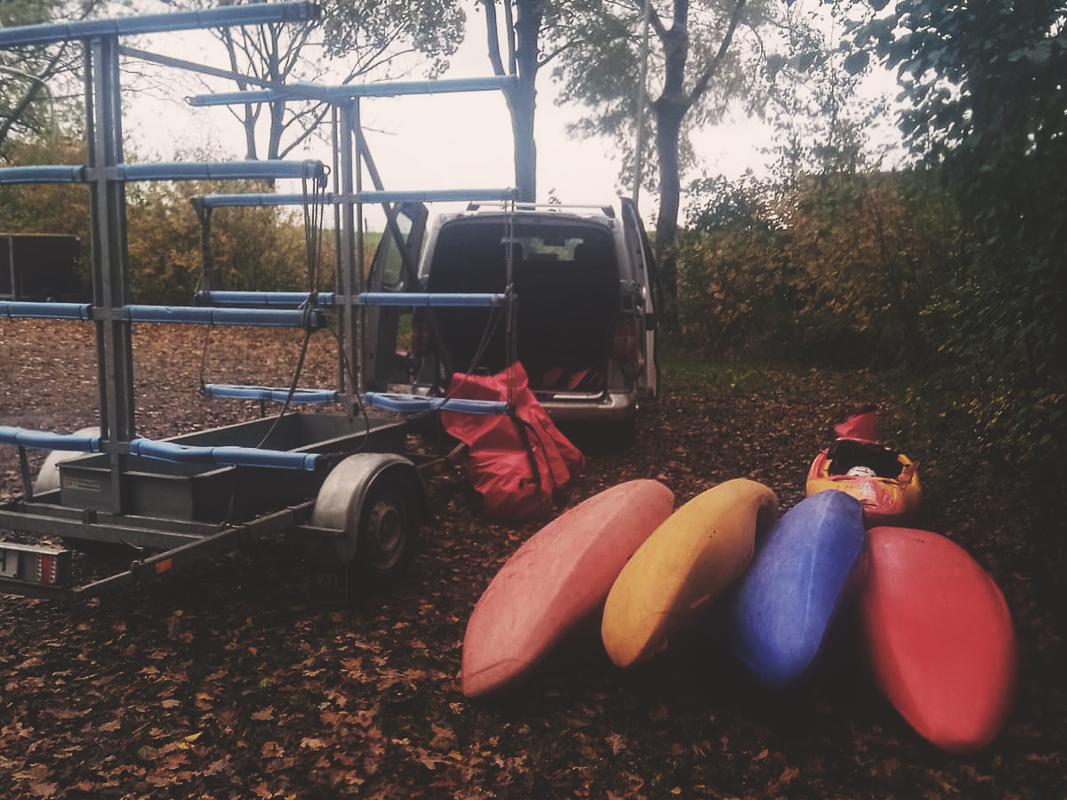 De kajaks ligeen klaar op de parkeerplaats bij de wildwaterbaan in Hardenberg. Tijd om te gaan wildwaterkajakken in Hardenberg!