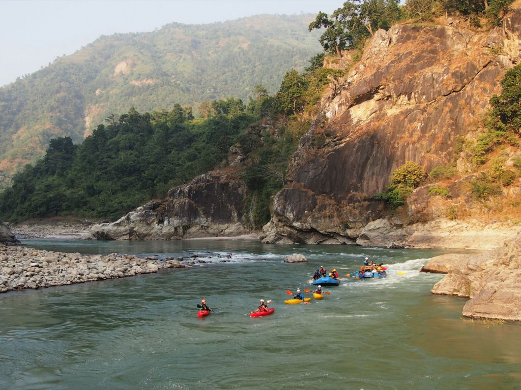 Rafts gaan mee op de wildwaterkajak expeditie in Nepal.