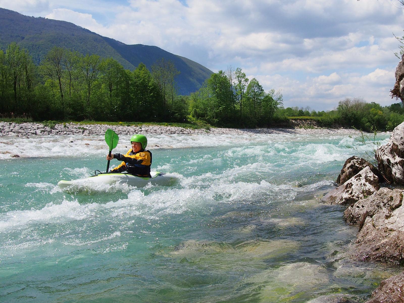 Een kajakker kajakt op het wilde water tijdens een actieve vakantie van Europagaai..