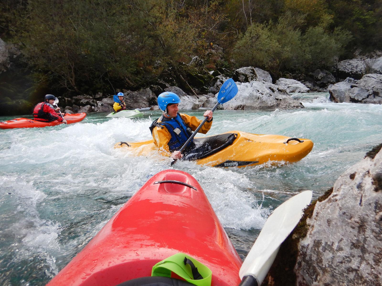 Wildwaterkajakken tijdens de herfstvakantie op de prachtige Soca rivier in Slovenië.